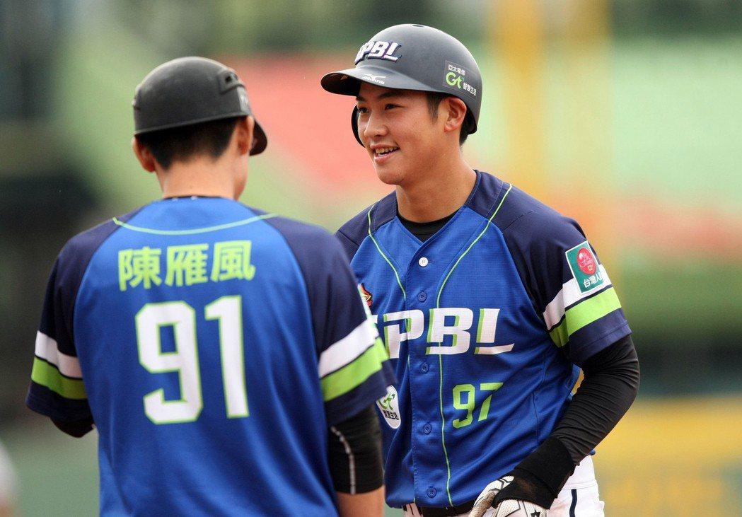 亞洲冬季棒球聯盟中職聯隊梁家榮(右)。 圖/中華職棒提供