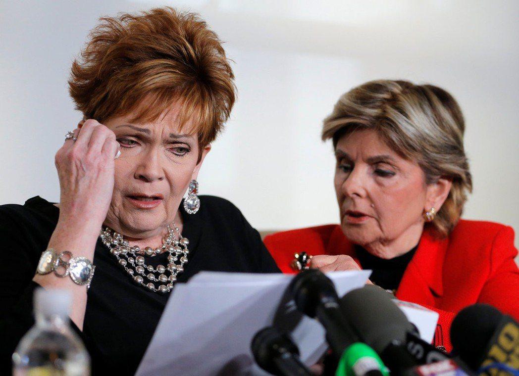 摩爾案的受害者之一——比佛莉.尼爾森(左)——在記者會上崩潰。尼爾森指控摩爾曾在...