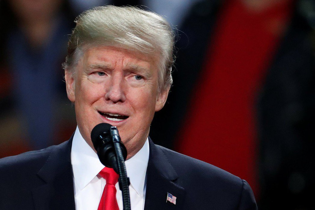 雖然一開始不挺,但隨著選情重歸兩黨對決,川普總統還是「歸隊」、宣布力挺摩爾。 圖...