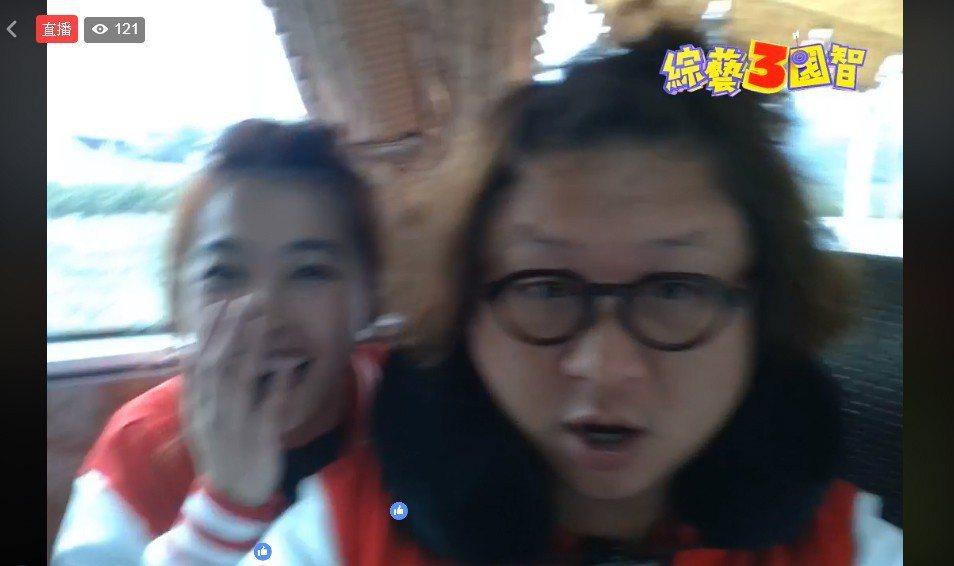 小嫻(左)婚變消席爆出後首露面。 圖/擷自臉書。