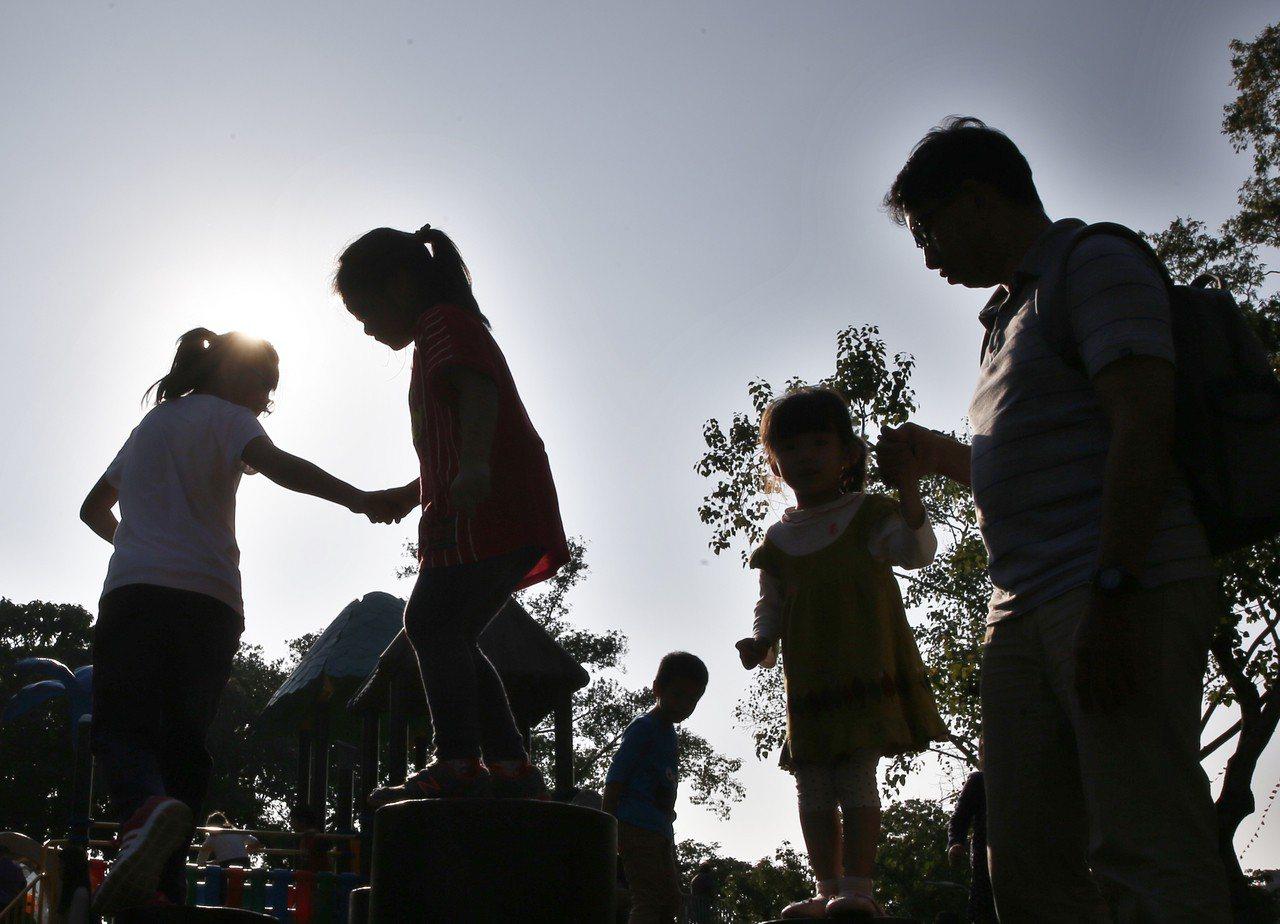 家庭趁著好天氣出遊,小朋友高興地在遊樂場玩耍。聯合報系資料照/鄭超文攝影