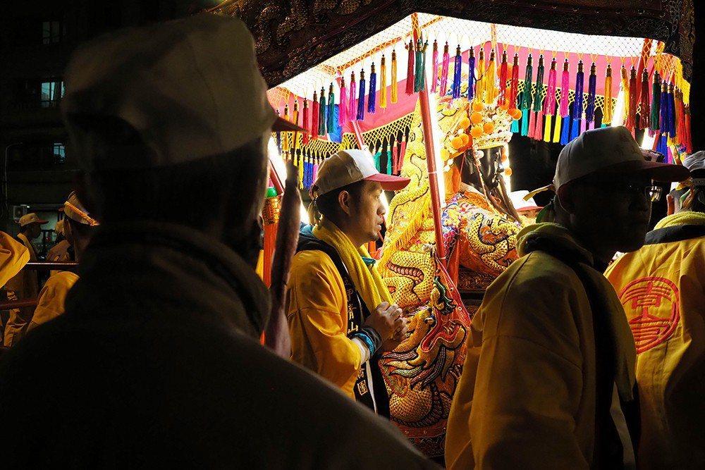 青山王暗訪第二夜,一名長者對靈安尊王神輿虔誠膜拜。 圖/作者自攝