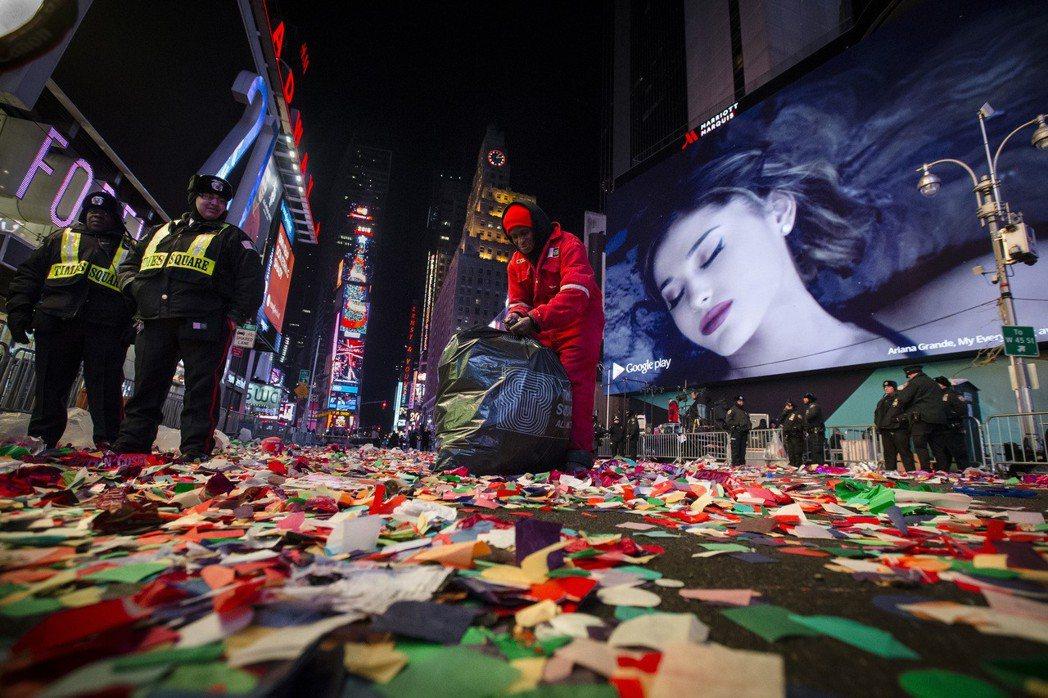 在勞動世界的底層,數以百萬計的人活在繁榮的陰影之下。圖為紐約時代廣場前,清潔人員清理元旦狂歡後的垃圾。 圖/美聯社