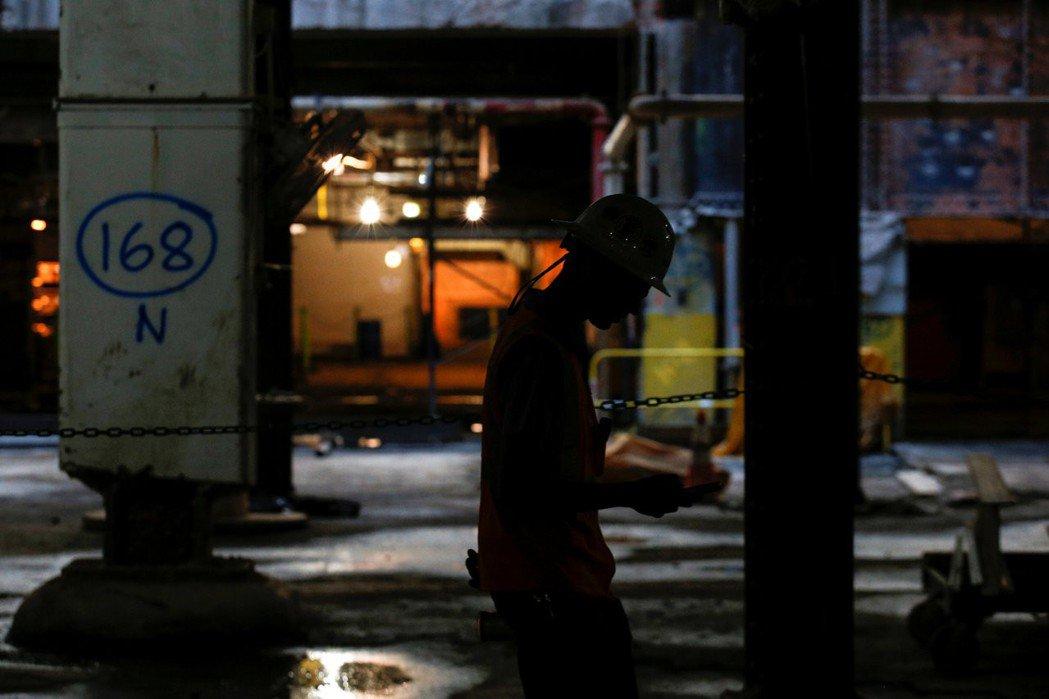 那些有工作卻仍然過著貧窮生活的人,融入我們熟悉的景色當中,因而受到忽視。 圖/路透社
