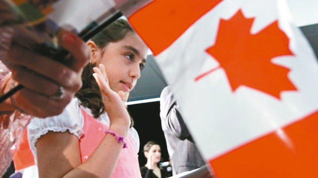 2016年9月加拿大黃金、石油價格以及加元大跌,加拿大人認為該怪中國。 (美聯社...