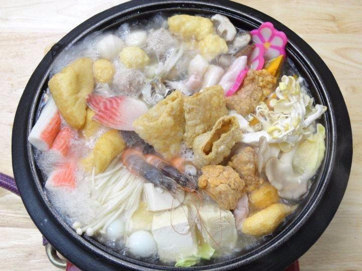 「老牌石頭火鍋」的人氣招牌「海陸火鍋」,不僅食材豐富多樣,湯頭更是十分銷魂!(圖...