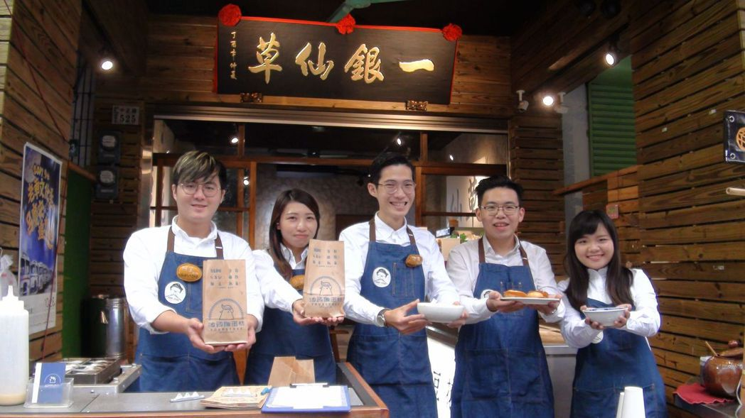 劉沅誠(右二)領軍的八年級團隊從選料、煨煮、熬湯等,延續對細節的堅持,守住傳統價...