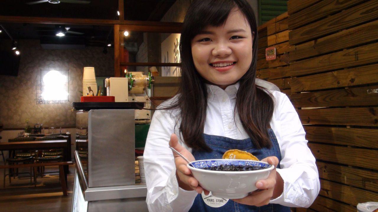 一群八年級生延續「一銀仙草」的純正仙草味,保存復古好滋味。記者王慧瑛/攝影