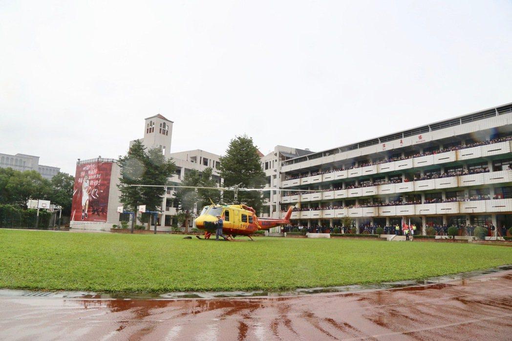 內政部空勤總隊捐贈一架執勤45年、月底將除役的UH-1H救護機給台北市滬江高中。...