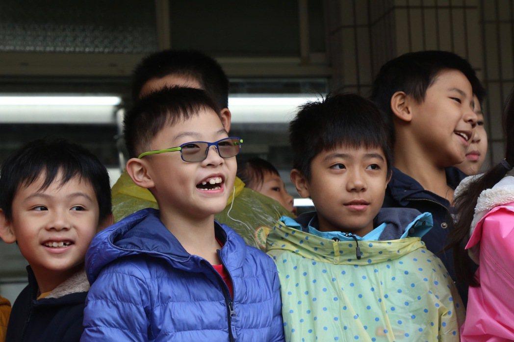 滬江高中和鄰近國中小學童見證捐贈直升機的交接典禮。記者魏莨伊/攝影