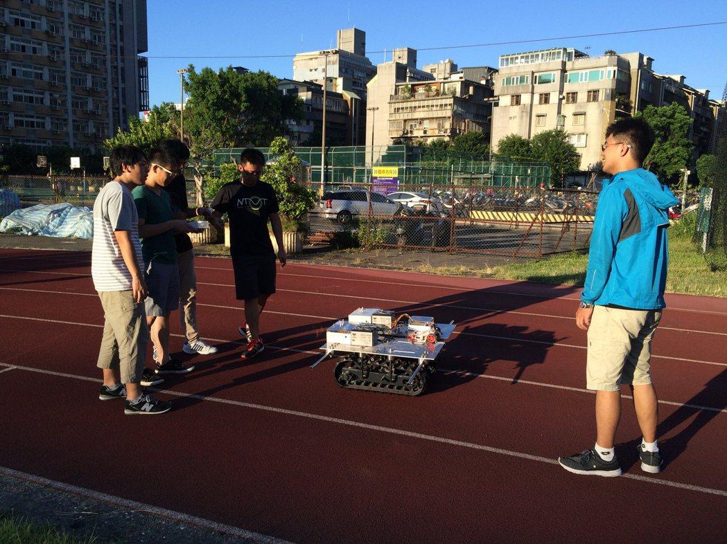 台北科技大學與日本大阪工業大學學生花費2個月時間設計出「自動追蹤農務車」。圖/北...