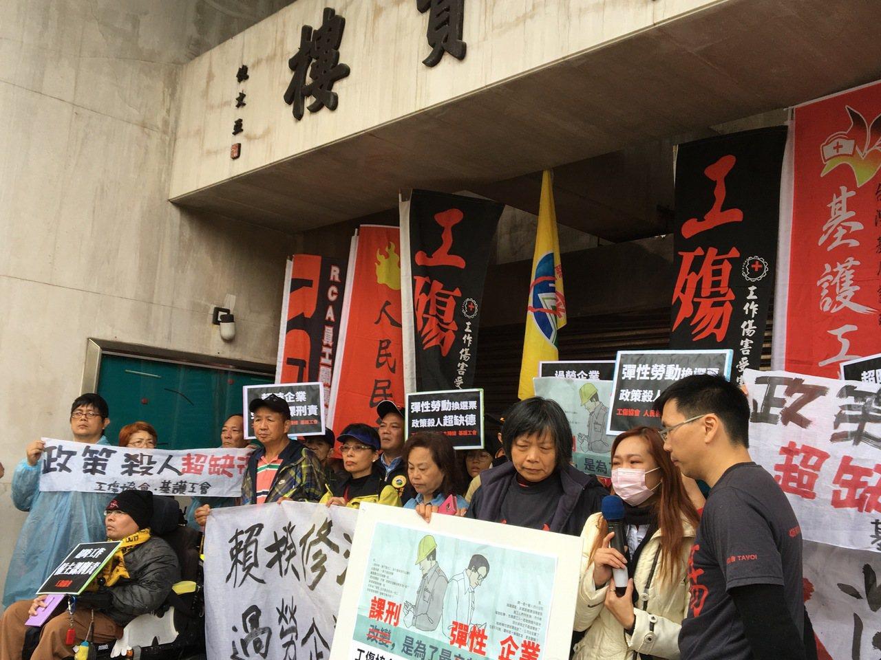 工傷協會、人民民主陣線、基層護理產業工會今天陪同過勞死傷家屬舉行記者會,要求政府...