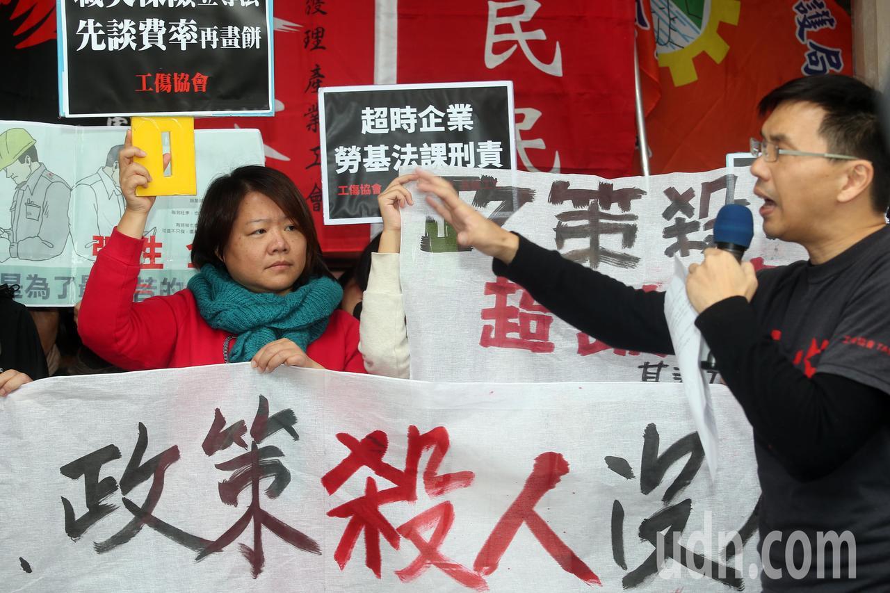 工傷協會、人民民主陣線、台灣基層護理產業工會上午立法院群賢樓舉行記者會,現場除了...