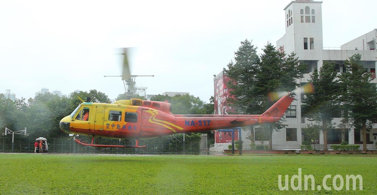 空勤總隊所屬、服役45年的UH-1H救災直升機上午降落滬江高中校園,退役後將成為...