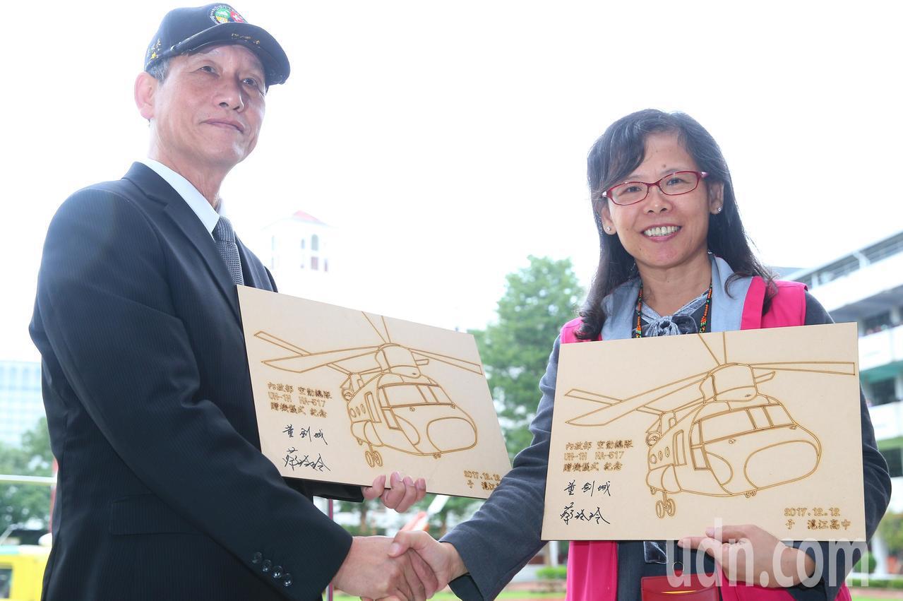 空勤總隊總隊長董劍城(左)代表將飛機捐贈給滬江高中,由校長蔡玲玲(右)代表接受。...