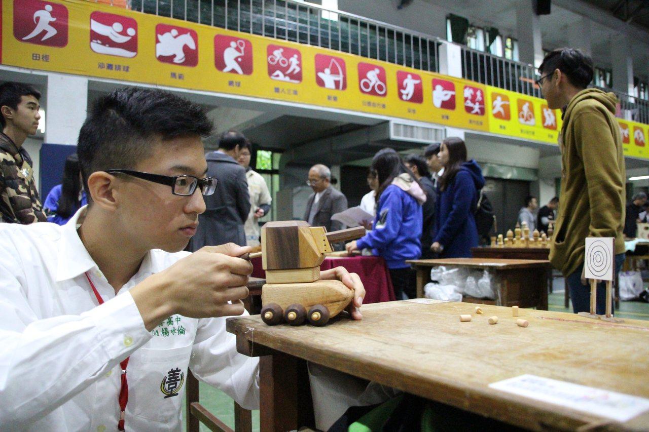 桃園市至善高中家具木工科三年級楊咏倫,花兩個月時間製作「童玩坦克」,有別於過去多...