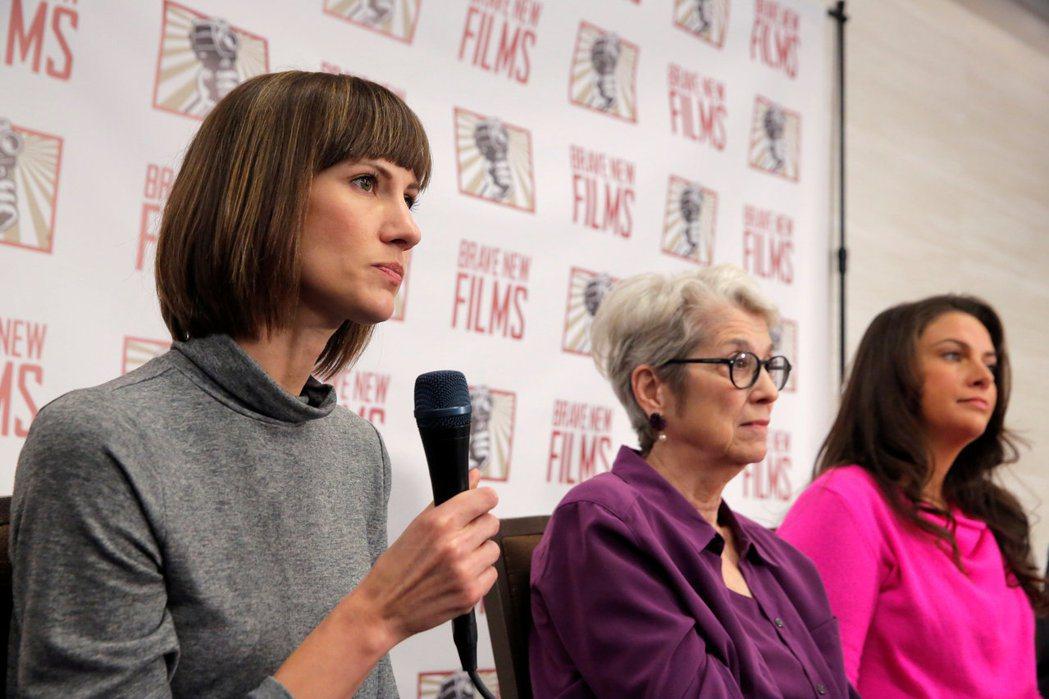 克魯絲、李茲、霍威(由左至右)等三名美國女性,11日在紐約為集結了多項對美國總統...
