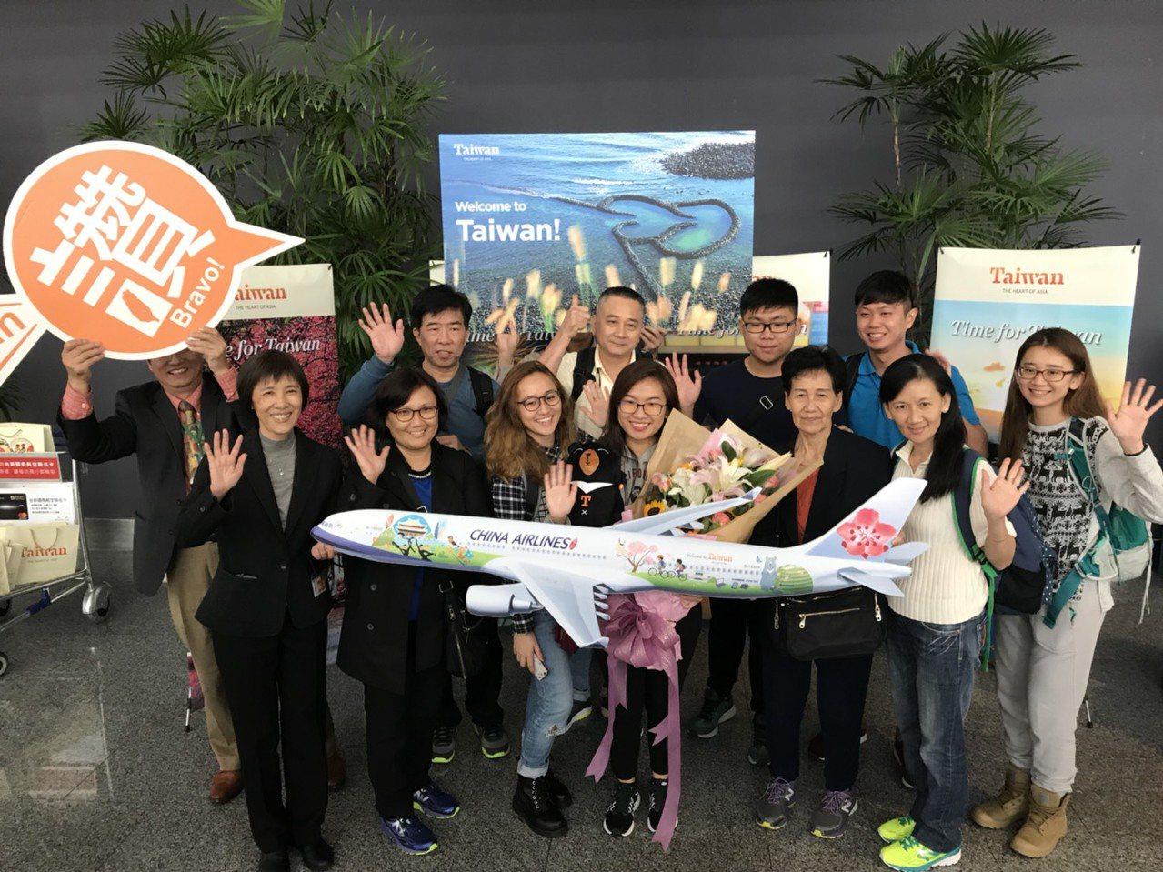 今年第一千萬旅客是新加坡23歲女性陳珏甹(前排右二),觀光局上午迎賓。圖/觀光局...