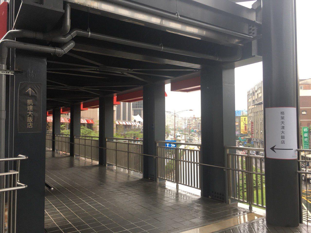 凱達飯店表示,從停車場、萬華火車站到飯店的空橋都設有指標,未來還會加強宣傳。圖/...
