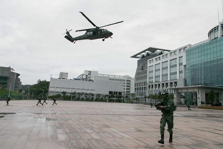 陸軍派遣一架黑鷹直升機搭載特戰小組,執行快速應援及反特攻操演,模擬進行大直要塞區...