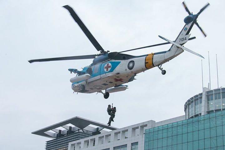 空軍派遣一架S-70C型機,執行戰傷後送演練。國防部提供