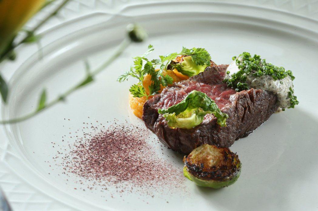 主菜乾式熟成肋眼牛排佐松露奶油和孢子甘藍。記者陳立凱/攝影