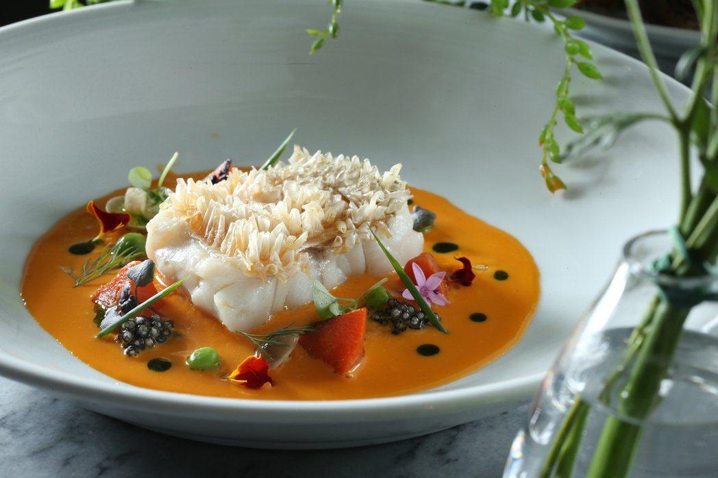 馬頭魚,佐紅蘿蔔醬和西谷米。記者陳立凱/攝影