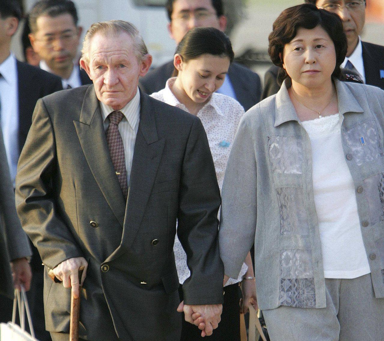 美國老兵詹金斯1965年從南韓叛逃北韓,2004年獲釋赴日,圖為他與妻子抵達東京...