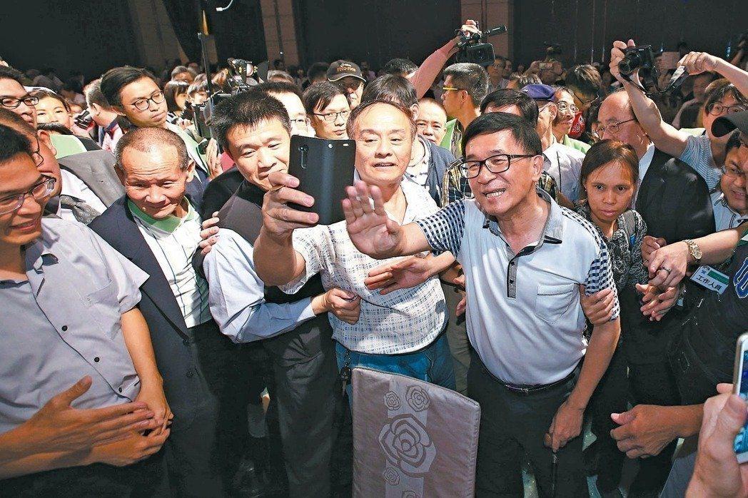 前總統陳水扁明將出席在高雄市圖書館總館舉辦的「陳水扁總統照片集」簽書會,為讀者簽...