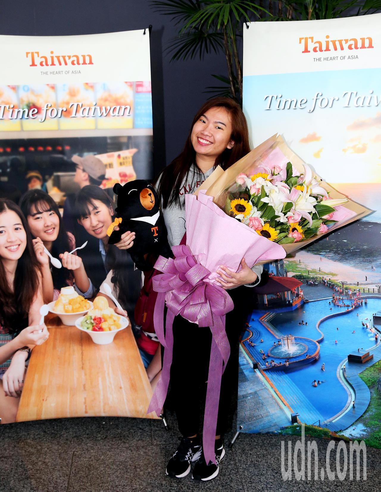 今年第1000萬名外籍來台旅客12日中午產生,來自新加坡的23歲女子陳珏甹(如圖...