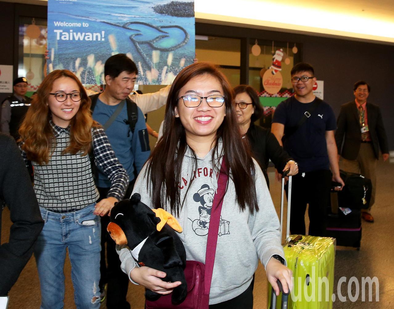 今年第1000萬名外籍來台旅客12日中午產生,來自新加坡的23歲女子陳珏甹(前排...
