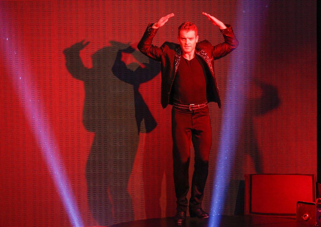 寬宏藝術11日下午在遠企飯店舉行上櫃前發表會,一開場邀請愛爾蘭舞王麥可佛萊利到場