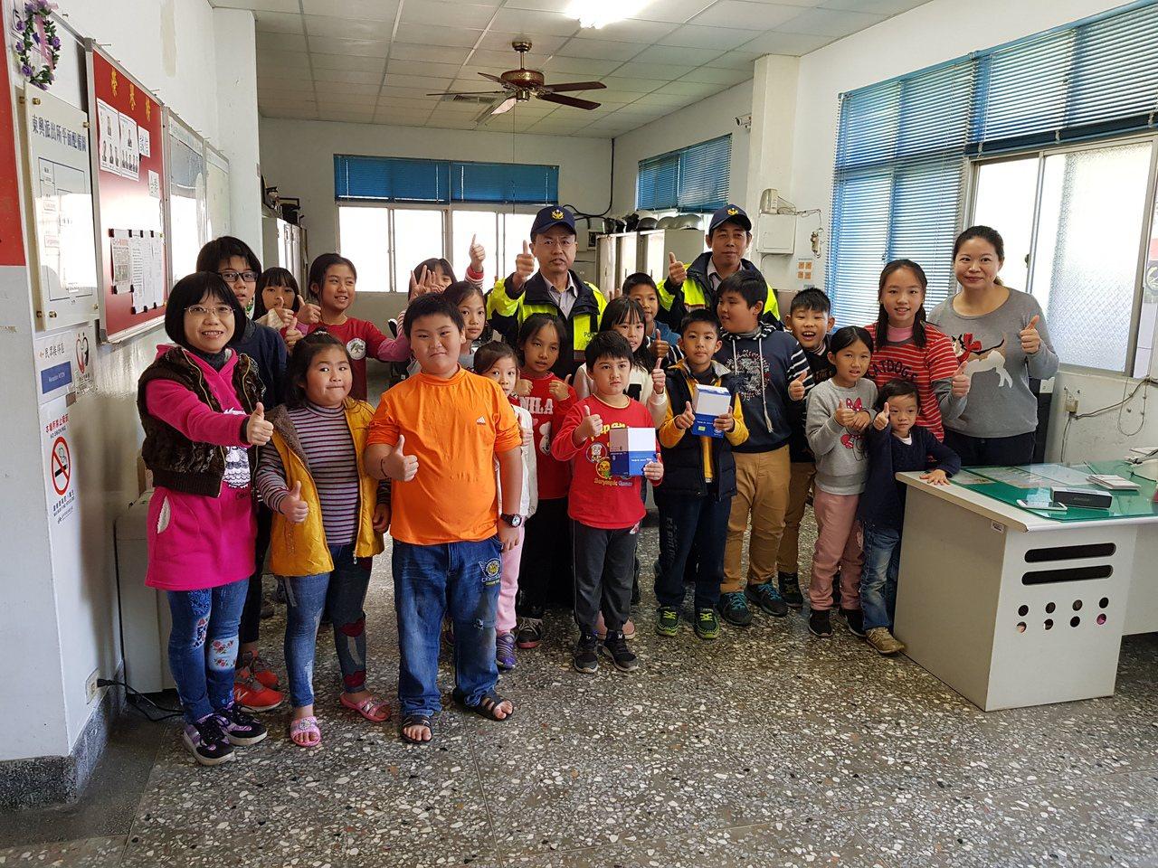 台中市東勢鎮東興國學童唱歌給警員聽,提前度耶誕。圖/東勢分局提供