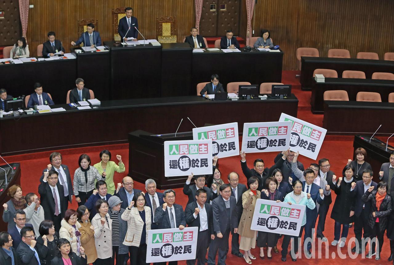 立法院院會今三讀通過公民投票法部分條文修正草案,公投年齡從20歲降至18歲,修法...