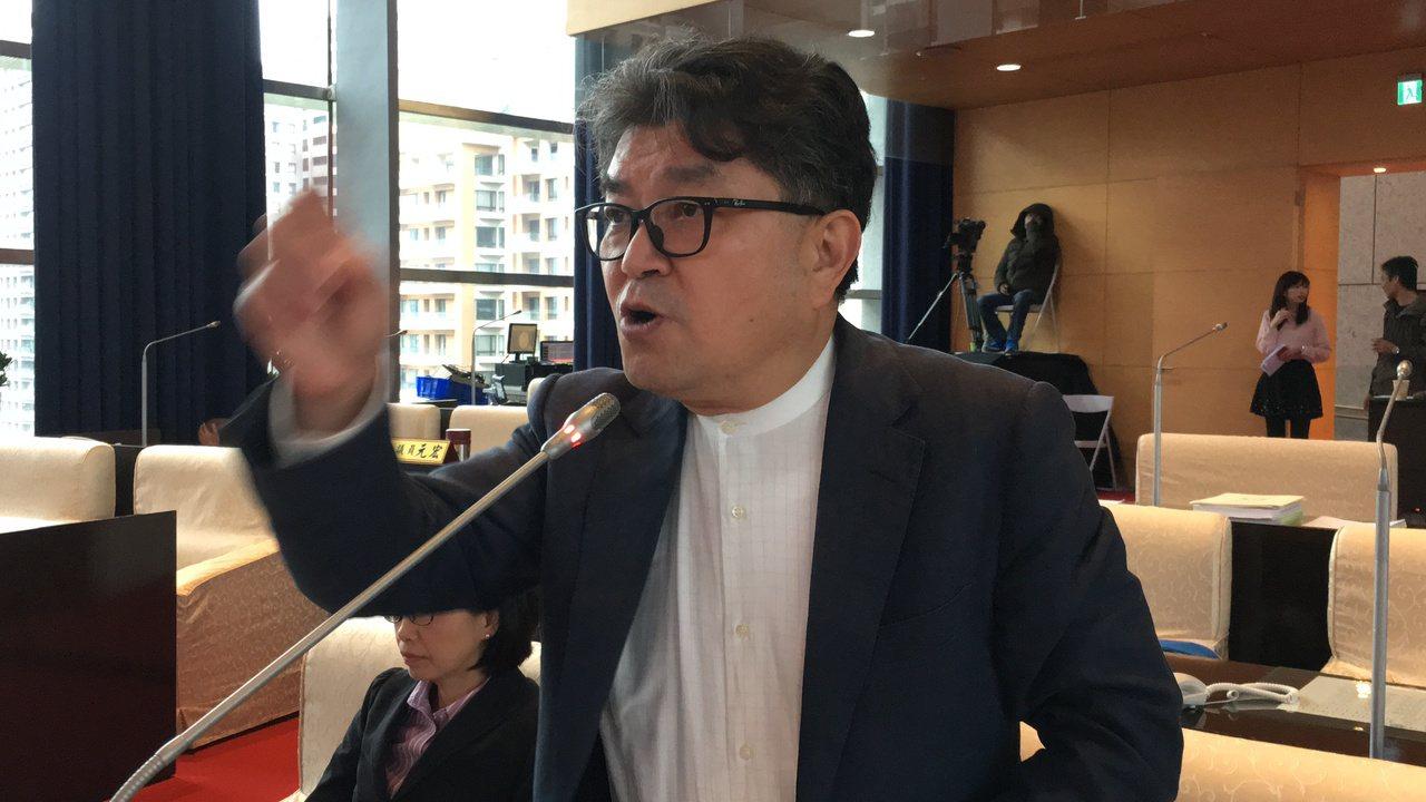 台中市議員李中說,以台中市政府現在推動太陽能裝置的速度,取代中火一個煙囪,「大概...