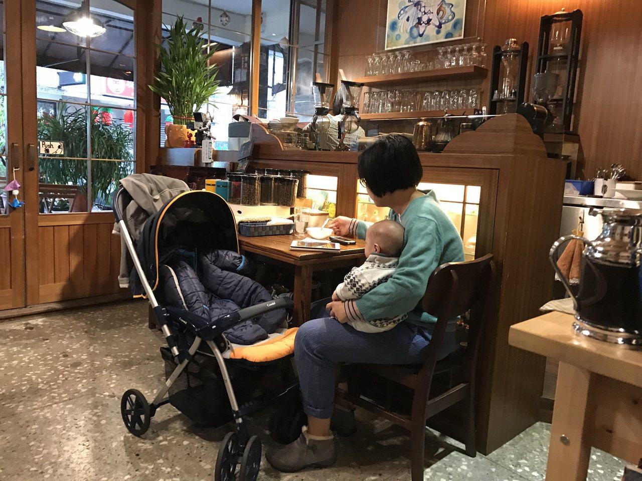 店內輕柔音樂和燈光,很舒服,看林哲文煮咖非,說咖啡經,喝一杯咖啡是一大享受,有不...