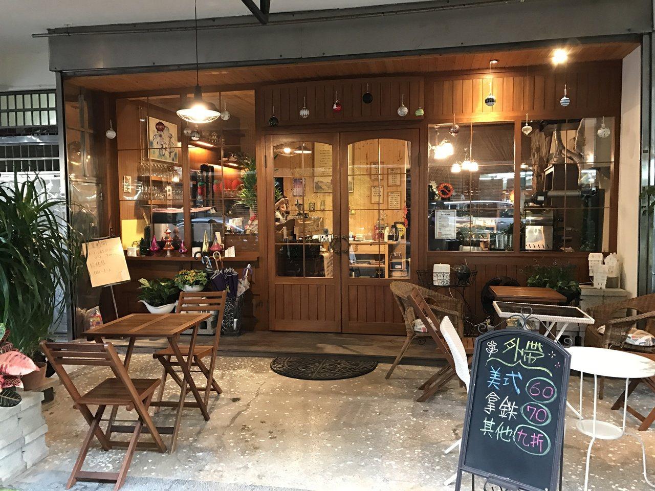 小美人魚咖非工作室的熟客會幫忙招呼客人,這裡不只有咖啡香,還有濃濃人情香。記者吳...