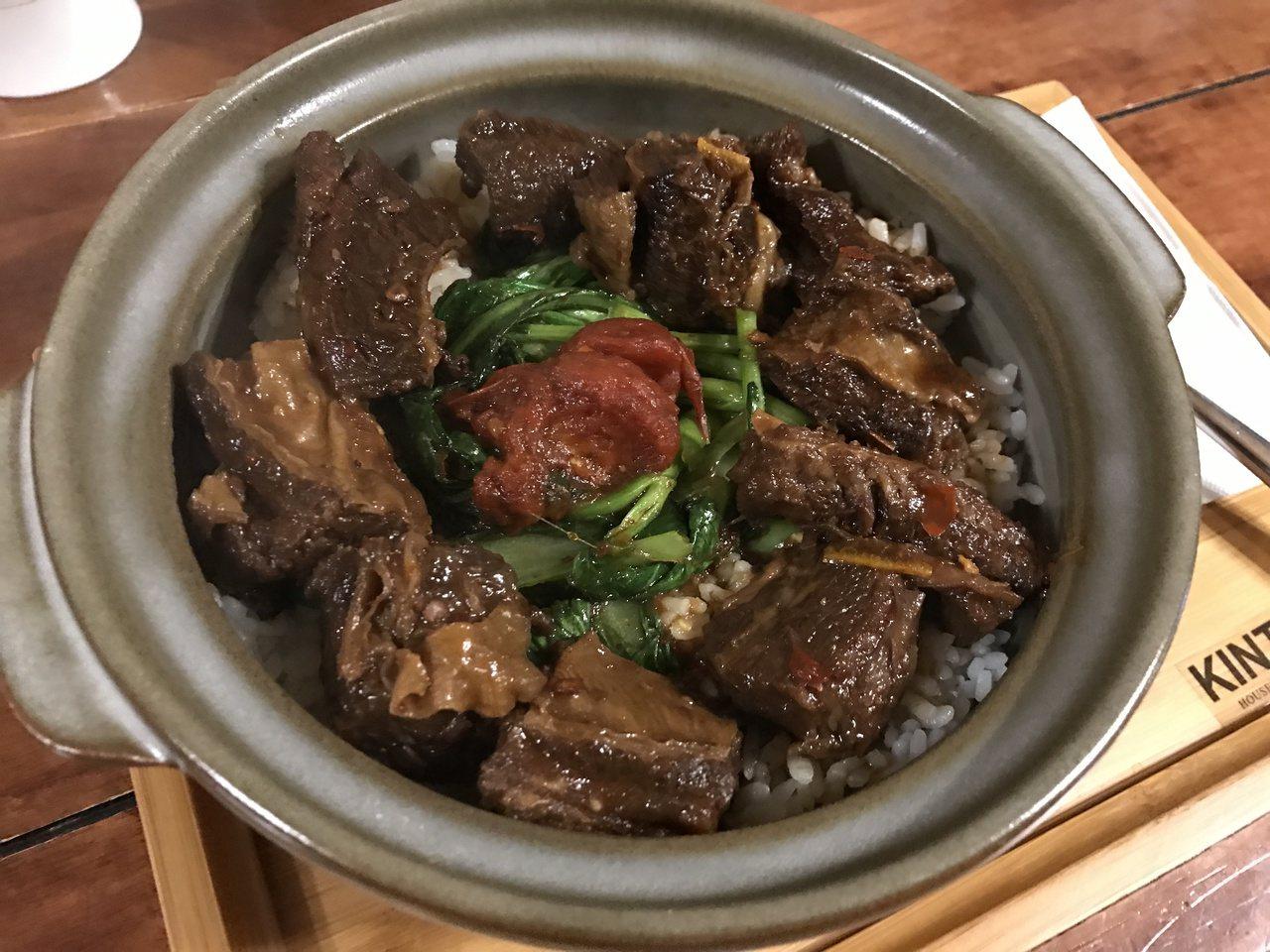 這鍋牛腩飯,讓臨桌客人都流口水了。記者吳淑君/攝影