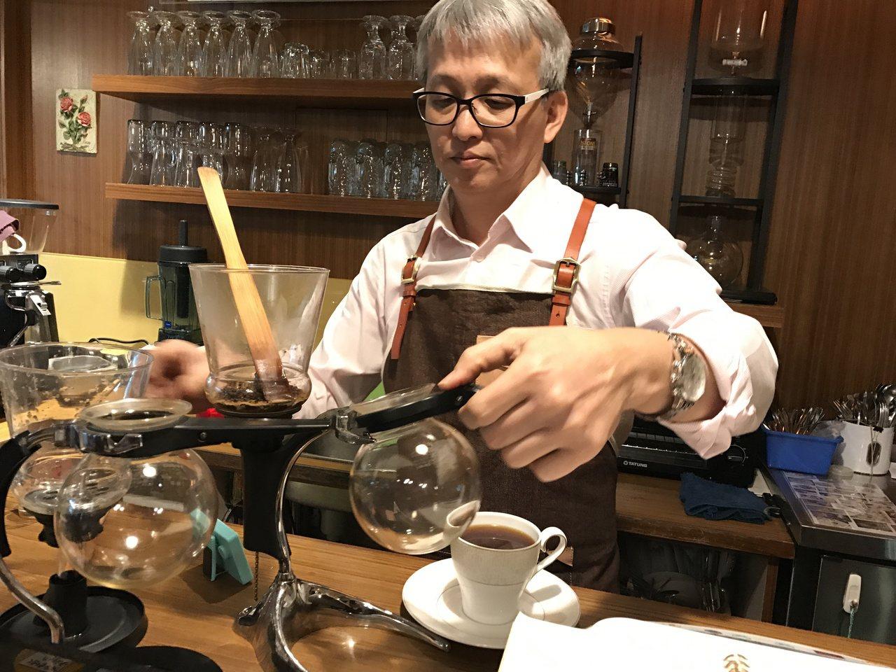 懂咖啡又會煮咖啡的林哲文,經他推薦的精品咖啡,很多人一喝就上口。記者吳淑君/攝影