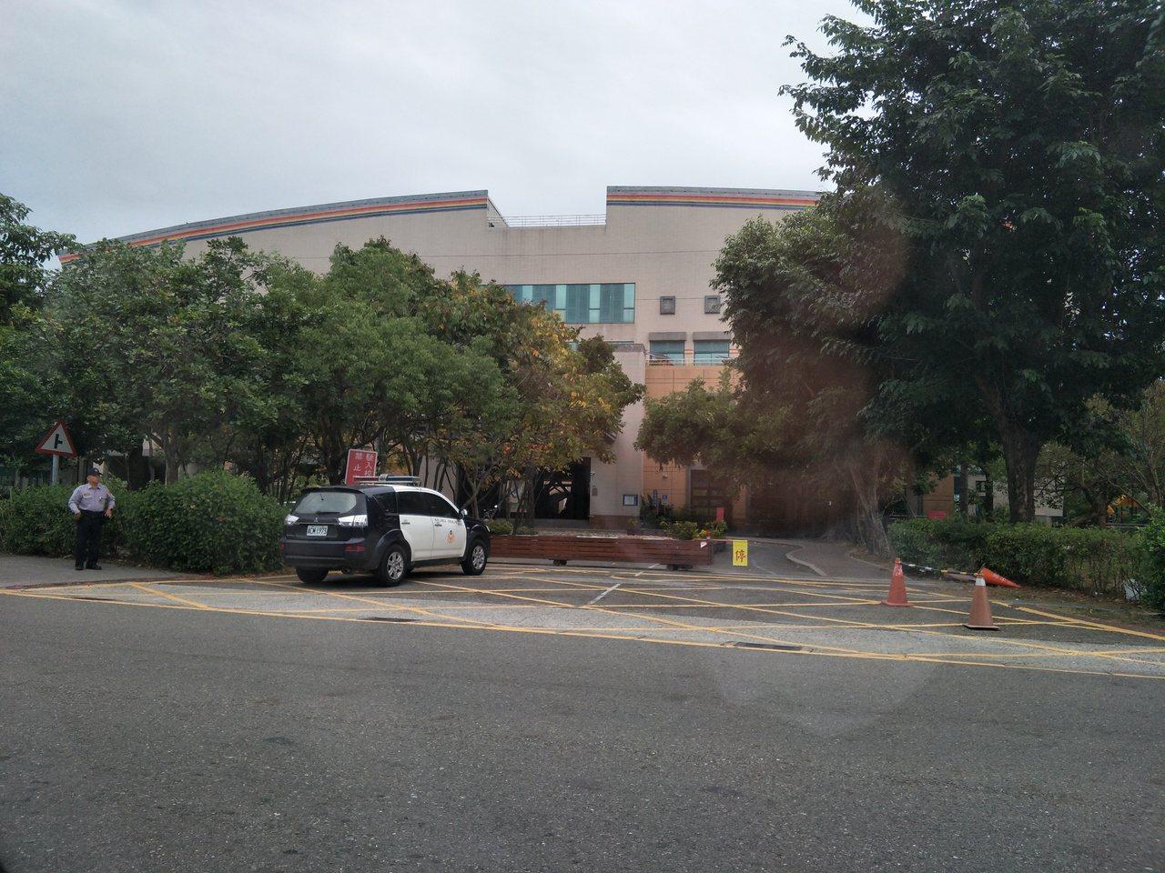 傳出女童遭外人闖入割傷,南科保警持續在校門口巡邏因應。記者謝進盛/攝影