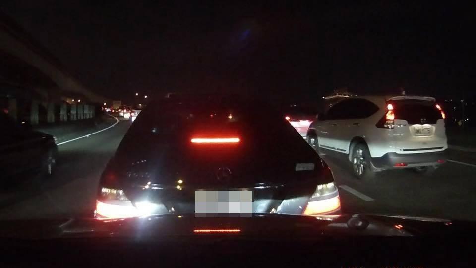 賓士車急踩煞車嚇人、試圖製造追撞。 記者林昭彰/翻攝