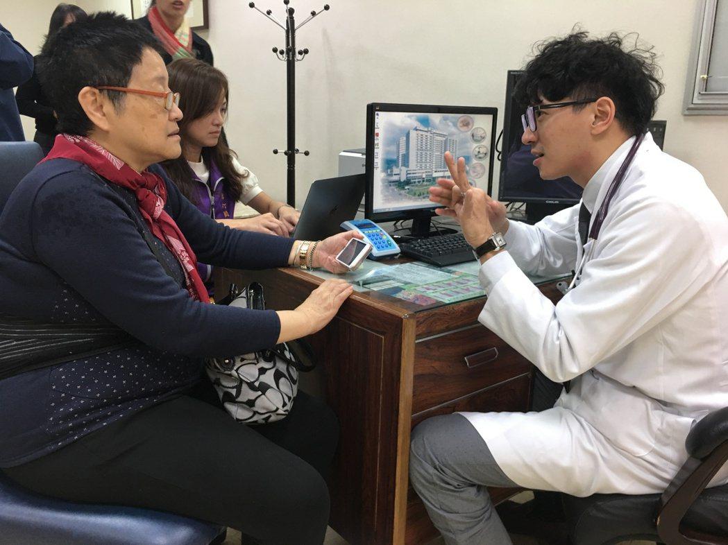 聽打員(後左)協助聽障者看診。 記者鄧桂芬/攝影