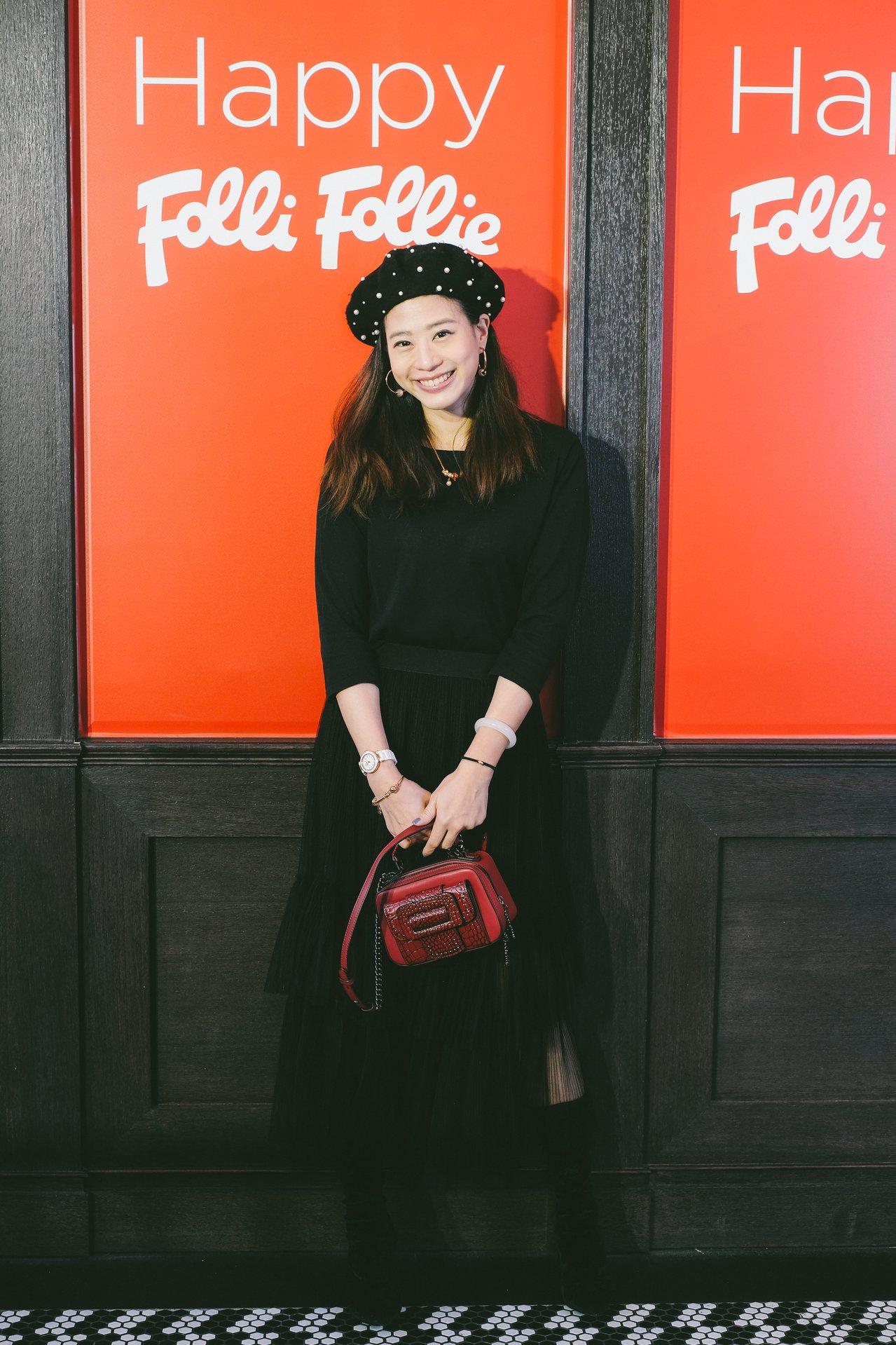 小閃戴上可愛的貝蕾帽,搭配暗紅色URBAN TIME肩背包與本次主打的PLAYF...