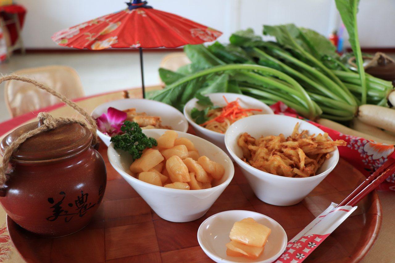 配合蘿蔔時令推出的「白玉蘿蔔大餐」,拼盤是各類醃製蘿蔔的總合。圖/美濃公所提供