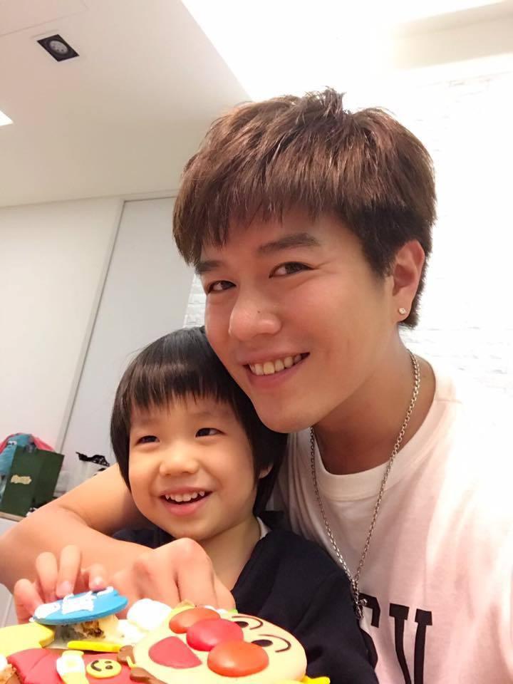 六月與李易提前幫兒子Star慶生。圖/摘自臉書
