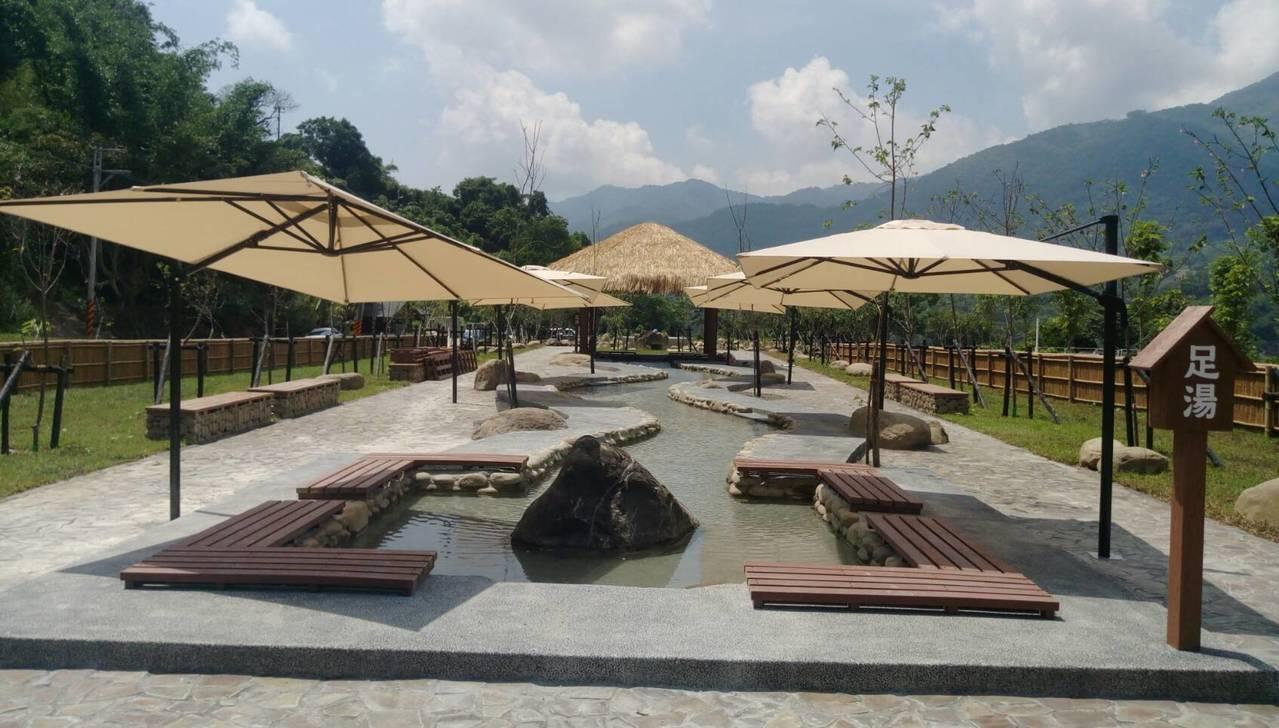寶來花賞溫泉公園有完備的足湯區。圖/高雄市觀光局提供