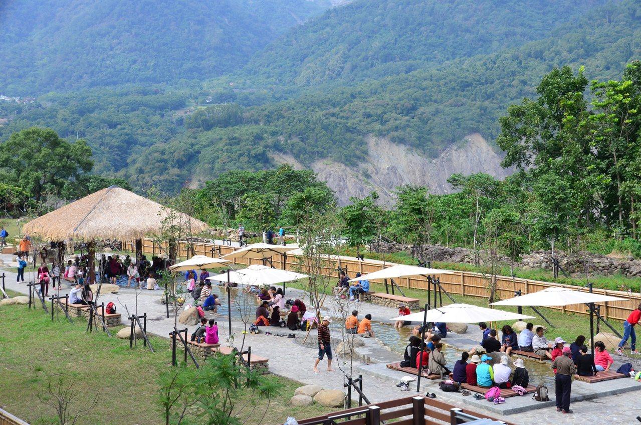 寶來花賞溫泉公園已吸引不少民眾先來體驗。記者謝梅芬/翻攝