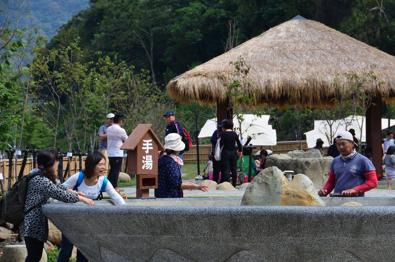 寶來花賞溫泉公園已有不少民眾先來體驗。記者謝梅芬/翻攝