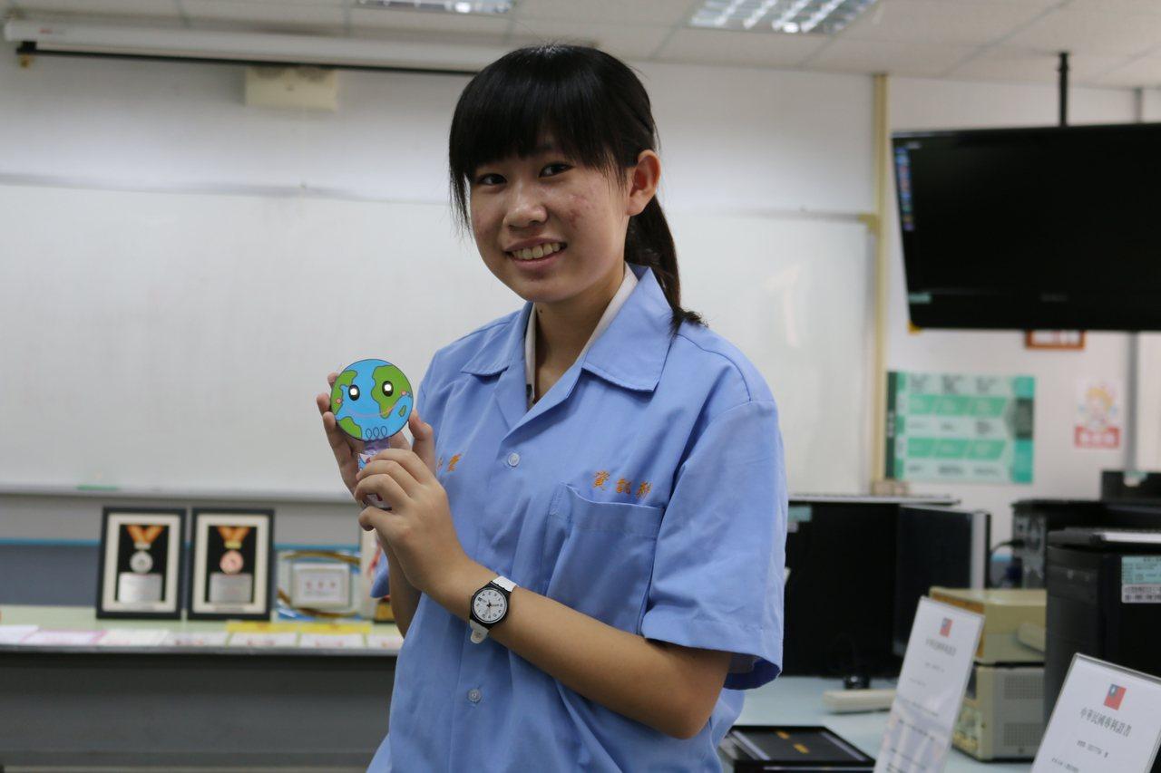 高英工商資訊科三年級廖子蕓獲頒教育部技職之光專利達人,她設計發明「發光書籤」。圖...