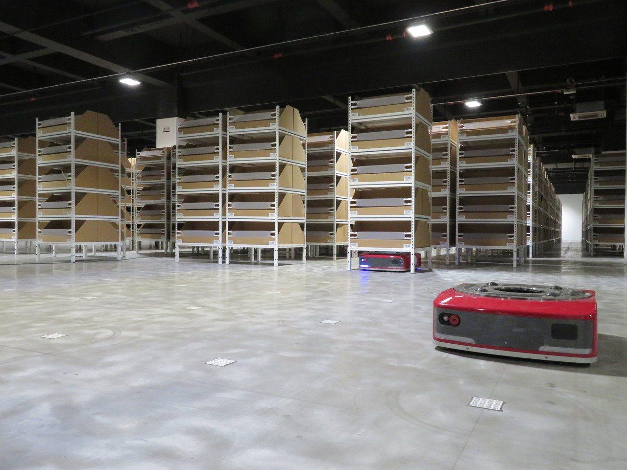 京東的奢侈品倉庫由機器人負責搬運,人工進行分揀包裝。當用戶下單後,被稱為「地狼」...